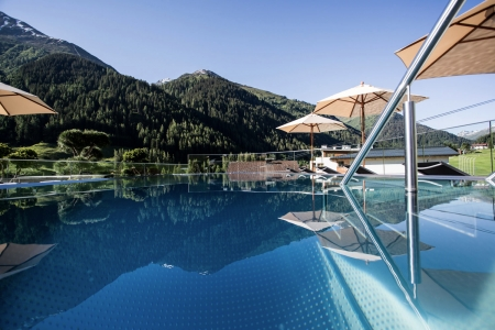 Bild: Rooftop Pool am Arlberg